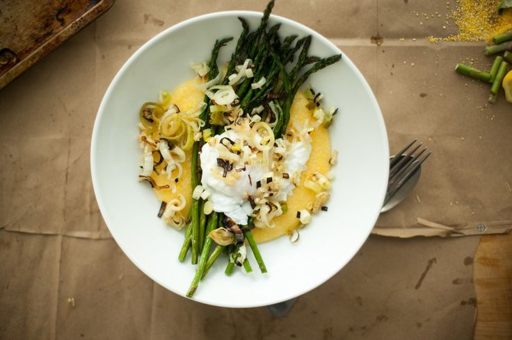 asparagus poached eggs polenta {happyolks}Grits Tops, Broil Asparagus, Breakfast, Food, Charli Spring, Spring Onions, Favorite Recipe, Poached Eggs, Green Onions
