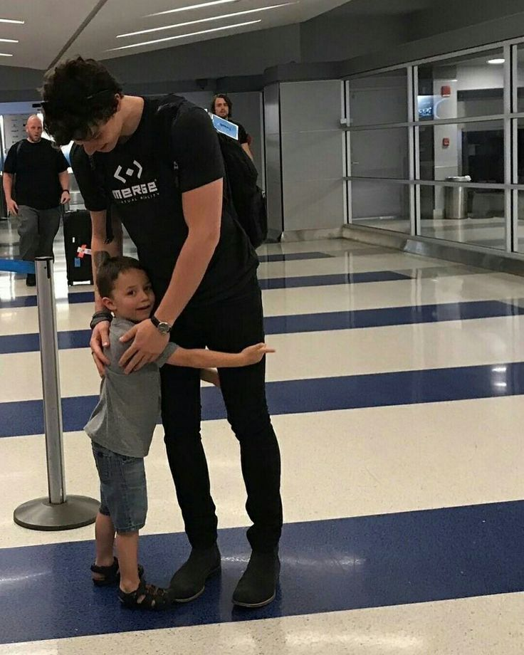my heart ❤// Shawn Mendes // babe // boys with kids // meet // celebrity // cute // sweet // airport // hugs // music // photo