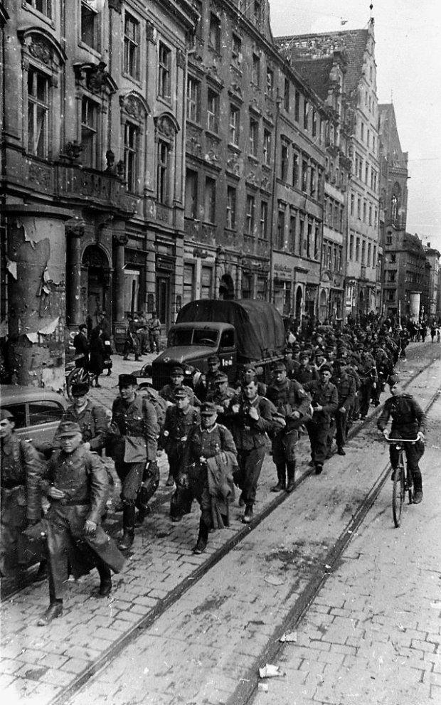 Kolumna wziętych do niewoli żołnierzy niemieckich przechodzi przez wrocławski Rynek