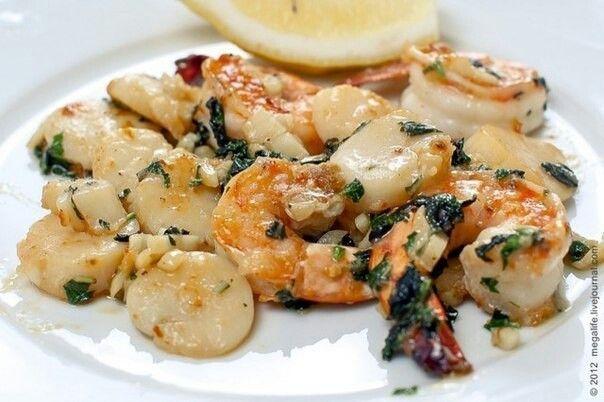 Креветки и морские гребешки с чесноком и базиликом  Отличная закуска на Прованский манер. Готовится быстро и очень просто, а получается ароматно и вкусно! Ингредиенты: 6 морских гребешков 6-8 тигровых креветок немного муки, 2-3 ст.л. оливкового масла 2-3 зубка чеснока несколько веточек свежего базилика лимонный сок соль, перец  Приготовление: 1. Морские гребешки вымыть, хорошо очистить от песка. 2. Разрезать их по-горизонтали напополам. 3. Креветки очистить, оставить только хвосты. 4. Темную…