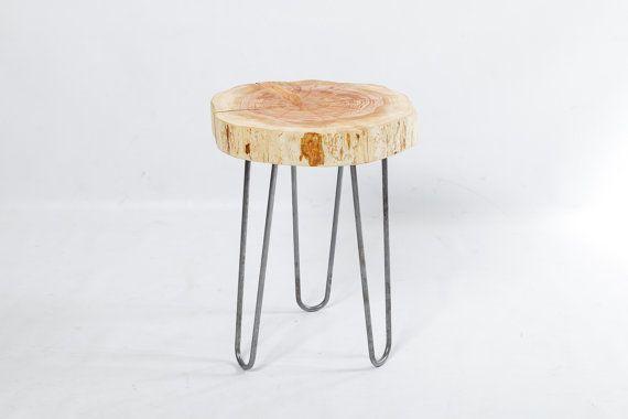Cette table de bout de jambe en épingle à cheveux est faite en utilisant juniper d'alligator rustique bord direct provenant du Nord de l'Arizona. Chaque table d'extrémité est découpé à la taille et puis poncé et huilé pour finir pour une belle finition rustique avec un look d'un décor moderne. Combiné avec les jambes en épingle cheveux minimaliste, ce bout de canapé allie conceptions modernes à la fois rustiques et au milieu du siècle pour un meuble unique.  Sans colorants bois ou des taches…