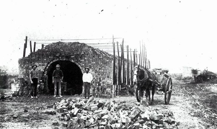 Workers outside Thomas Daley's brickworks in Marrickville in 1916.
