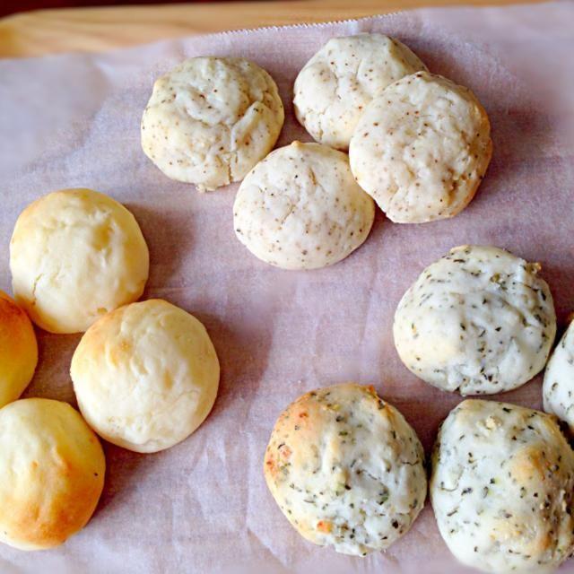 材料のチーズを塩分があるフェタチーズ使いました☆モチモチ〜(^^) - 27件のもぐもぐ - Erinaさんのもちもちプチじゃがいもパン  プレーン•バジル•ブラックペッパー味 by Miki