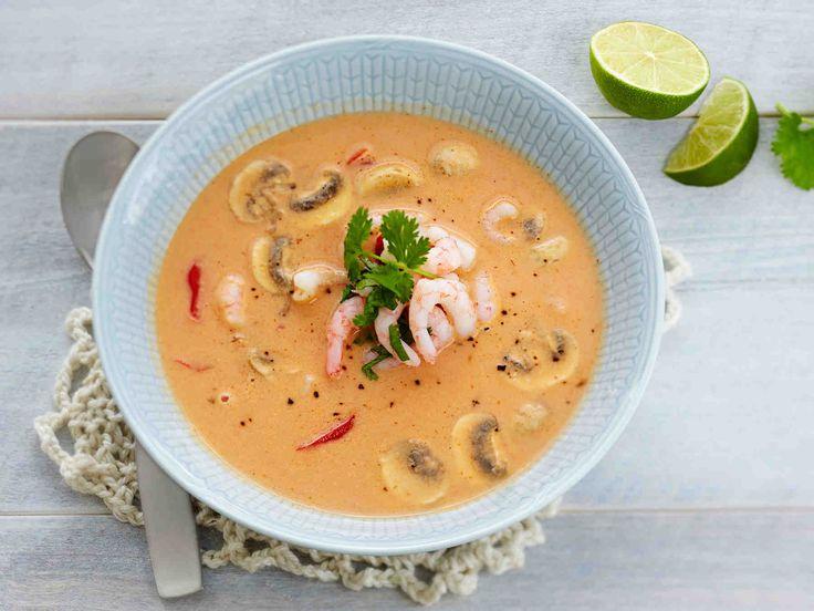 Itämaistyyppisessä keitossa on katkarapuja, kasviksia, ihanaa mausteisuutta ja liemenä lempeää kookosmaitoa. Halutessasi voit koristella katkarapu-kookoskeiton...