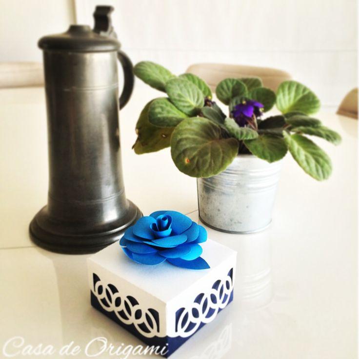 Caixa de lembrancinha. #aniversario #azul #batizado #bodasdepapel #branco #brindes #caixa #camelia #casadeorigami #casamento #chadebebe #chadecozinha #lembrancinha #maternidade #origami paperart #papercraft #perolado http://casadeorigami.lojaintegrada.com.br