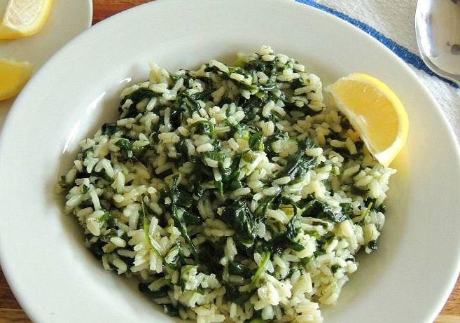 Σπανακόρυζο. Ένα πλήρες γεύμα με πολλές βιταμίνες και λίγες θερμίδες. Το σπανάκι είναι ένα από τα πλουσιότερα σε θρεπτικά συστατικά πράσινα λαχανικά. Ένα φ