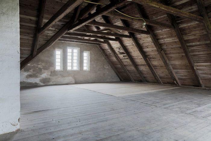Är du på jakt efter ett alldeles unikt hem kan det här vara något för dig. Den gamla skolan i rött tegel – numera omgjord till bostad – är verkligen något utöver det vanliga.