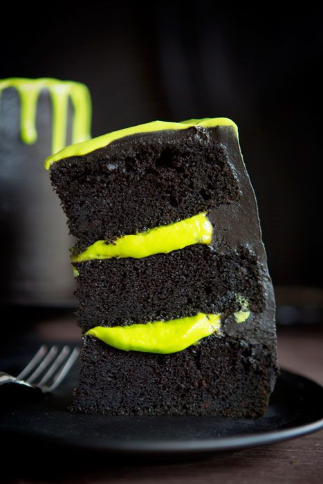 Slimy Awesomeness Inside and Out!  Halloween cake recipe & instructions from @bakerella.