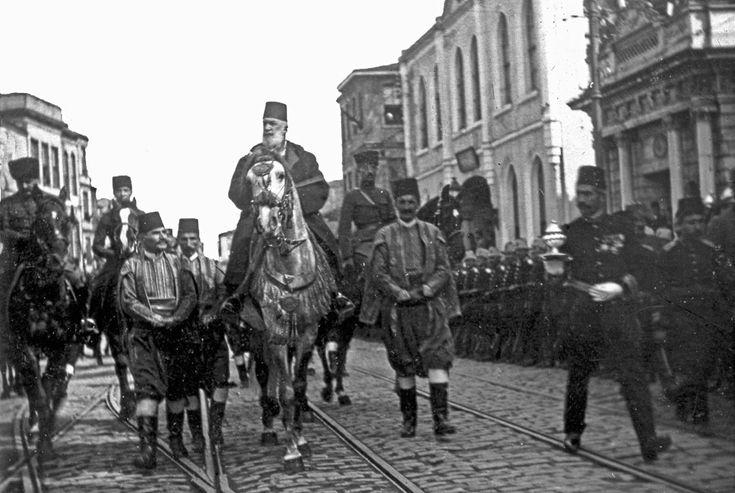Son İslam halifesi Sultan Abdülmecid II atıyla. /1922