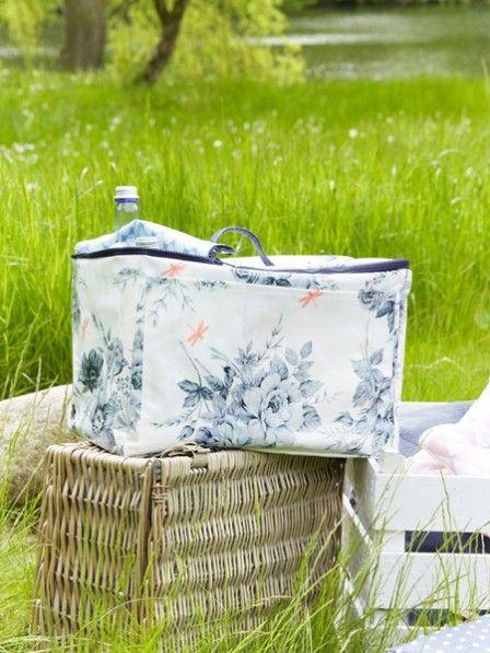 Diese Kühltasche ist der perfekte Begleiter für ein Picknick oder einen Tag am Strand mit der Familie. Alles passt rein und alles ist gut gekühlt.