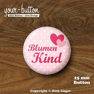 Button »Blumenkind« für die Hochzeit  Ein tolles kleines Geschenk für die süßen Blumenkinder auf der Hochzeit, welches diese mit Sicherheit voller Stolz tragen werden!  1 Button, Button-Größe: 25 mm (1 inch)  Unsere Buttons werden von Hand hergestellt und mit viel Liebe zum Detail verarbeitet und verschickt.