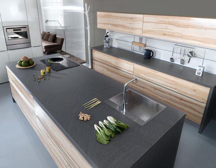 Moderne houten keuken. Deze keuken is modern zonder zijn warmte te verliezen. De mooie houten kastfronten zijn opvallend doordat ervoor gekozen is om de houtstructuur horizontaal te laten verlopen. Hierdoor zie je de structuur van het natuurlijke materiaal ook beter. Voor het werkblad is niet gekozen voor een uni-kleur, maar voor materiaal met een natuurlijk zweem.
