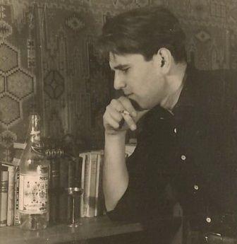 """Tango  Petre Stoica din """"ALTE POEME"""" (1968)  Nu sunt vultur, sunt numai un poet obscur - azi gloria mi-ar fi povară.  Lăsaţi-mă acolo în balcon, printre muşcate, Lăsaţi-mă acolo să-mi ascult poemele cu glas de gramofon.  În rest, e-o zi de luni."""
