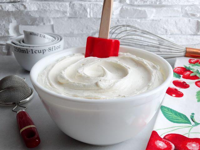 White Chocolate Cream Cheese Buttercream Frosting ~ Deze speciale glazuur is vol van boterachtige smaak en is romig, licht en luchtig.  Precies de juiste hoeveelheid boter, roomkaas en witte chocolade wordt gebruikt om een buttercream dat niet alleen de buizen mooi te maken, maar heeft de textuur van de mousse en smaakt net als White Chocolate Cheesecake!     taart vullen glazuur recept