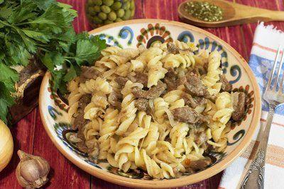 Мясо с макаронами на сковороде http://www.great-cook.ru/1001-myaso-s-makaronami-na-skovorode.html    Мясо с макаронами на сковороде – это вкусное и сытное блюдо! Оно отлично подойдет и для обеда, и для ужина. Можно приготовить его для семейной трапезы, а можно и для приема гостей.   Макароны лучше выбрать из твердых сортов пшеницы – полезнее и для здоровья, и для фигуры! Форма же не принципиальна – бантики, спирали, рожки, перья или даже спагетти.   Что же касается мяса, то выбор следует…