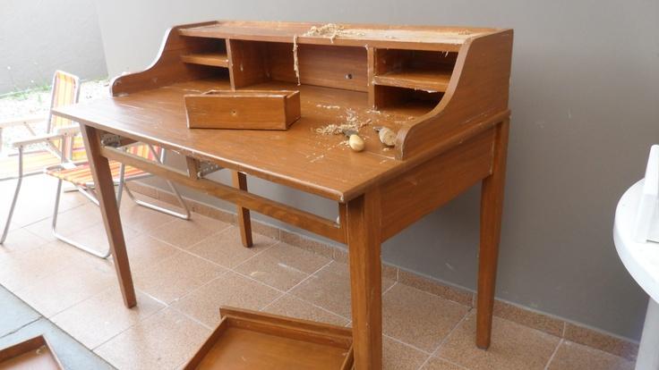 Antes a escrivaninha era assim, cor de mogno...