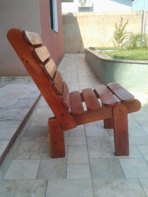 Cadeira feita da reciclagem de pallet. Arte by Tatyportilho