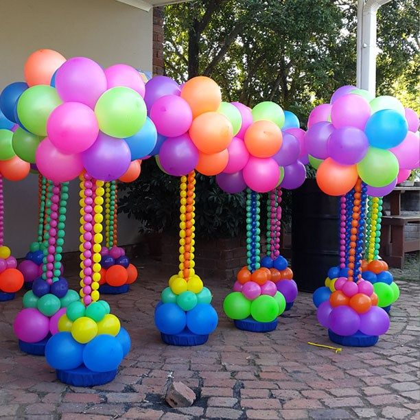 689 best images about globos on pinterest rainbow for Balloon column decoration