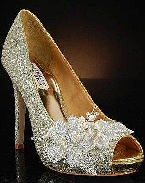 Badgley Mischka sparkly bridal shoe or the glass slipper for your dream fairytale wedding #shoes
