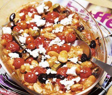 Grekiska bönor med matvete är en mättande och välsmakande rätt som ger mersmak. Börja med att lägga bönor, champinjoner, oliver och eventuellt okra i en ugnsform som du häller din tomatblandning över. Smula på fetaost före servering.