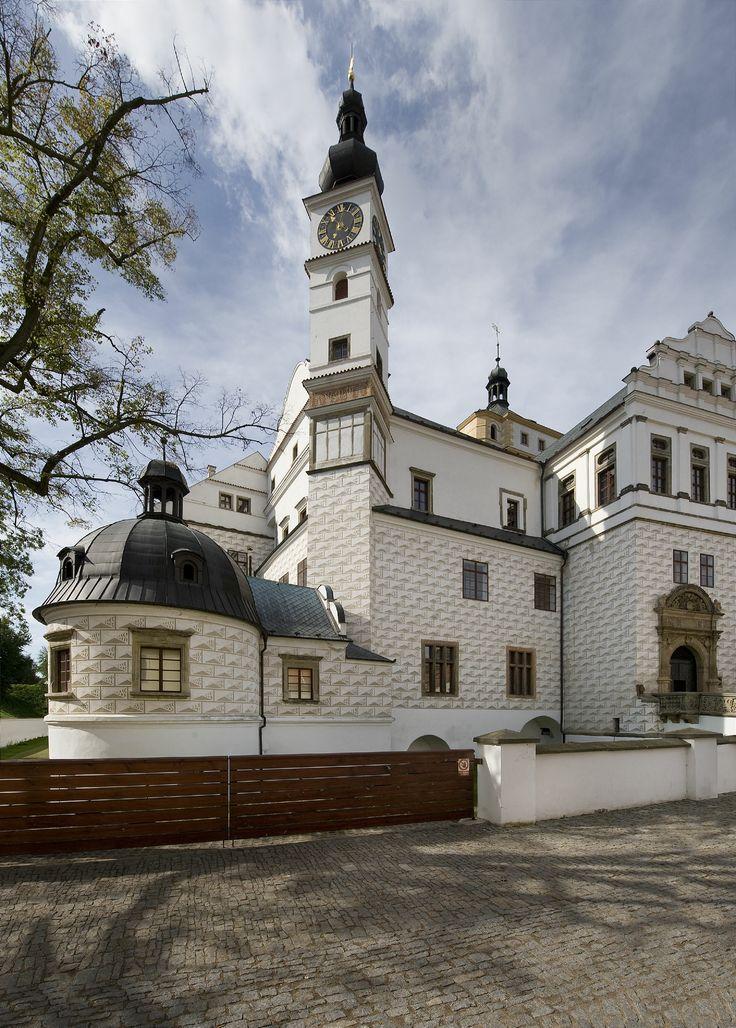 Zámek Pardubice _ vodní tvrz ze 13. století byla ve 14. století přebudována v gotický hrad, který páni z Pernštejna přestavěli v goticko-renesanční zámek.