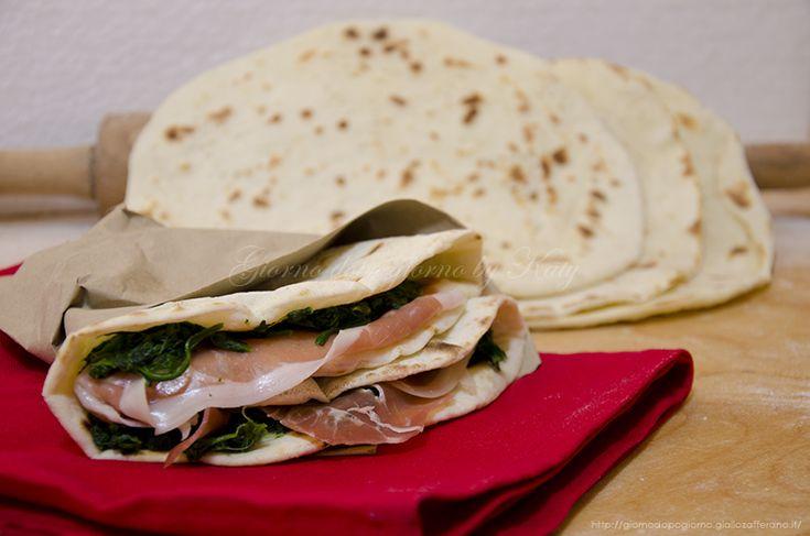 La piadina con pasta madre, ricetta a lievitazione naturale per un classico romagnolo con il gusto della lievitazione naturale.