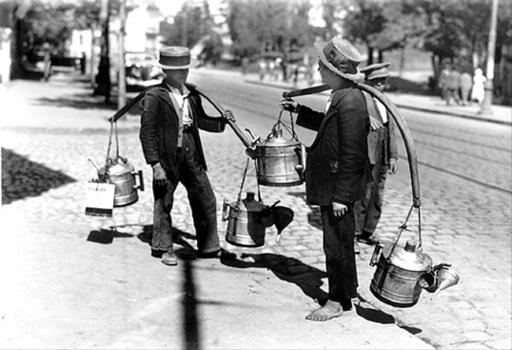 Poze vechi Bucuresti, vanzatori ambulanti de petrol lampant