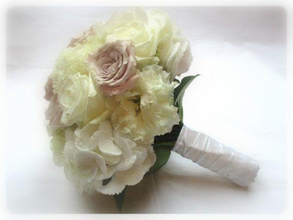 Menyasszonyi csokor fehér és fáradtlila színben