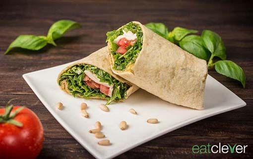 Tomate Mozarella Wrap - Für alle die Insalata Caprese lieben, hier die gerollte Variante mit frischen Basilikum und grünem Pesto.