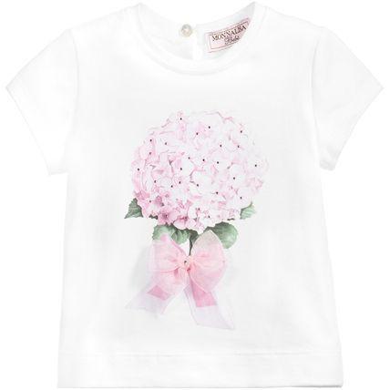 春夏2016【モナリザ】ピンクあじさい花柄リボン付き半袖Tシャツ 初夏を感じる美しいアジサイ・プリントが魅力のベビー・Tシャツ♪  爽やかなホワイト生地に優しいピンク・フローラルが映える  ベビー服ながら大人っぽさも感じられるフェミニンな一着です。  キラキラ光るラインストーンがあしらわれたお花のプリントに  品に溢れるオーガンジー素材のリボンで女の子らしい可愛い仕上がりに☆  ガーリー・カジュアルとしてデイリーにお使いいただけるこちらのアイテムは  春夏生まれのお子様へのご出産祝いとしても最適なベビー・トップです。
