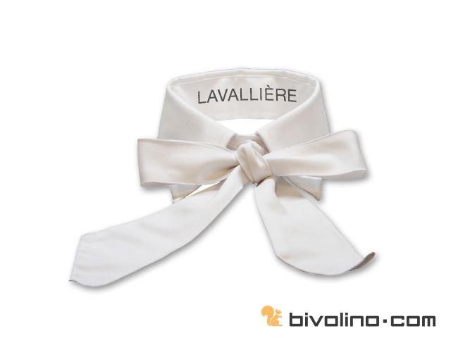 Lavallière boord voor blouses. De Lavallière boord is een vrouwlijke kraag met een diep romantisch karakter. De knoop geeft de boord een dichterlijke dimensie uit het verleden. Deze retro boord is bezig aan z'n comeback. De knoop van de kraagband moet gesloten zijn, met de knoop er boven bevestigd. Het is mogelijk om de volledige boord - de binnenzijde als de buitenzijde van de boord - in een contrasterende stof te vervaardigen.