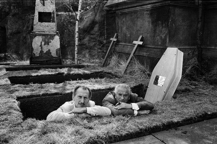Sul set di un Hammer Horror    L'attore britannico Peter Cushing con il produttore Anthony Nelson Keys ai Bray Studios per le riprese di un film horror della Hammer, una casa cinematografica britannica fondata nel 1934 e famosa per gli horror prodotti dagli anni Cinquanta agli anni Settanta. La foto è dell'agosto 1965 (Terry Fincher/Express/Getty Images)