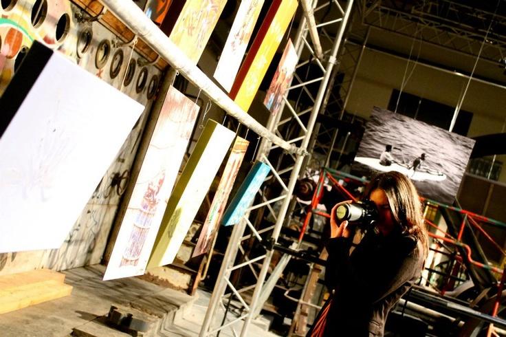 Sarra Benyaich prenant des clichés lors du vernissage de l'exposition INK EYE des artistes Dema et Boho    photo by Professeur Tournesol