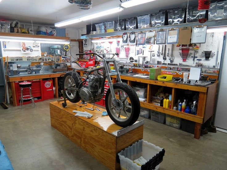 Work under way in the workshop of Richard Pollock's Mule Motorcycles      Nice setup .