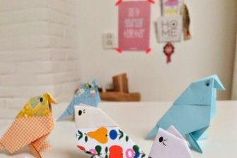 Οrigami πολύχρωμα πουλιά πετούν στο σαλόνι!