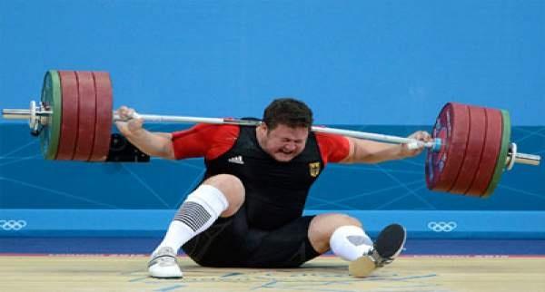 Erkekler  105 kilo halter yarışlarında mücadele eden 'Dünyanın en güçlü adamı' olarak adlandırılan son Olimpiyat Şampiyonu Matthias Steiner çok talihsiz bir olay yaşadı.