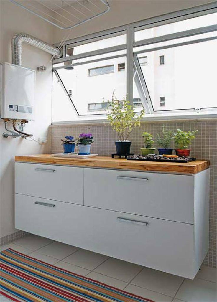 Além de gavetões (um para roupas sujas e o outro para as lavadas), o módulo de laminado embaixo da janela conta com um nicho com porta basculante.