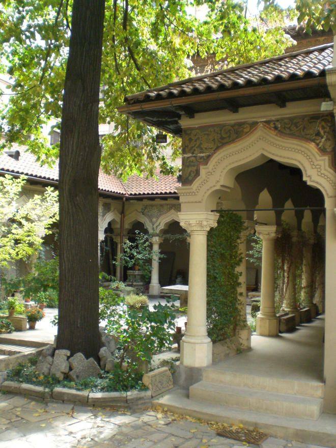 Jardim no pátio da propriedade da Igreja de Stavropoleos (Biserica Stravrapoleos) em Bucareste, na Romênia.  Fotografia: Patojo.