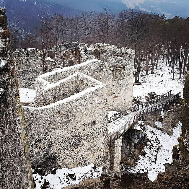 Zimny hrad Uhrovec a jeho predhradie. . . #hraduhrovec #hrad #uhrovec #castles #castleruins #ruins #woodenbridge #nasaobnova