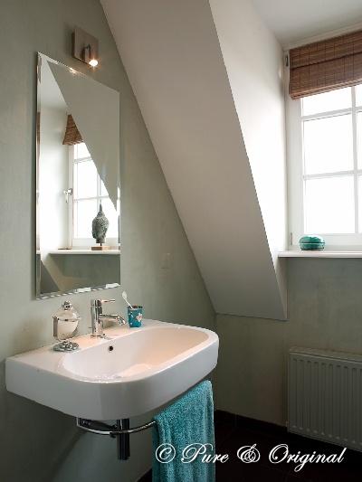 Kalkverf, lime paint, in de badkamer beschermt met de matte Dead Flat Eco Sealer van www.pure-original.com.