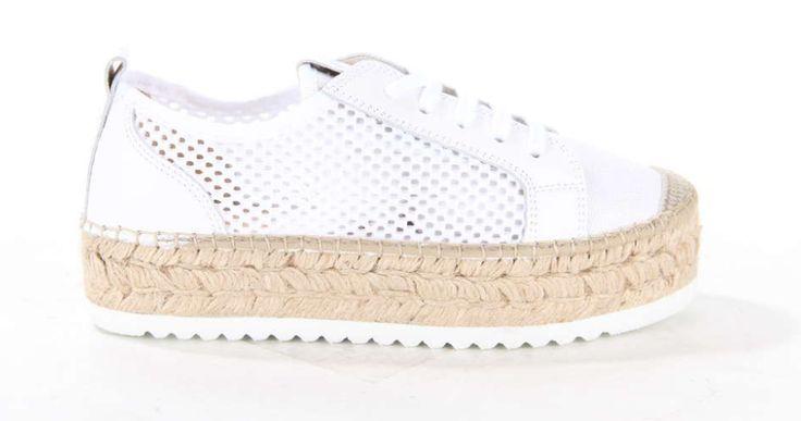 Sneaker van Vidoretta op een plateauzool afgewerkt met touw. De damessneaker heeft perforaties in het bovenwerk. #summershoes #sneaker #platformsneaker #plateau #whitesneaker #vidoretta #shoes #inspiration