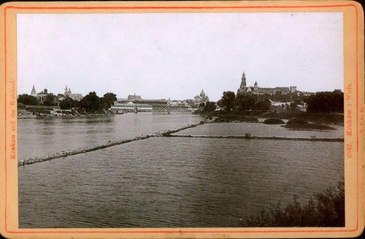 Płynie Wisła, płynie...   Zdjęcie sprzed 1910 roku (na co wskazuje kształt baszty sandomierskiej). Widać Most Dębnicki, kolejowy, istniejący w tym miejscu od 1887 r.  Archiwum Narodowe w Krakowie