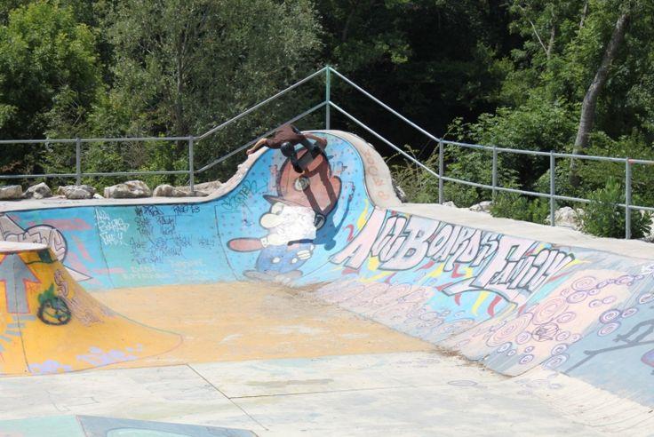 Spot : Bowl de Saint-Léon-sur-L'Isle (24) - Plus de spots et skateparks sur www.spotsdeskate.fr