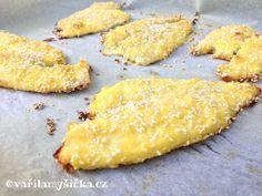 Pokud máte chuť na křupavé rybí filety a přitom nestojíte o odér z přepáleného oleje, zkuste je obalené upéct v troubě. Sezamová semínka jídlu dodají zase nový rozměr.