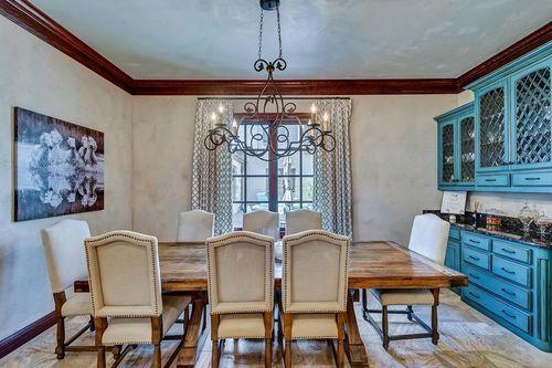 La araña de luz para la sala.Este impresionante chandelier viene incluido en el precio de la mansión