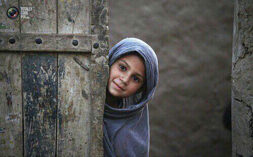إبتسمي  .. ف في عينيك لمعان قُبه الصخرة ،إبتسمي ..لعل الحرب تخجل ،لعلها من إبتسامتكِ ترحل  .