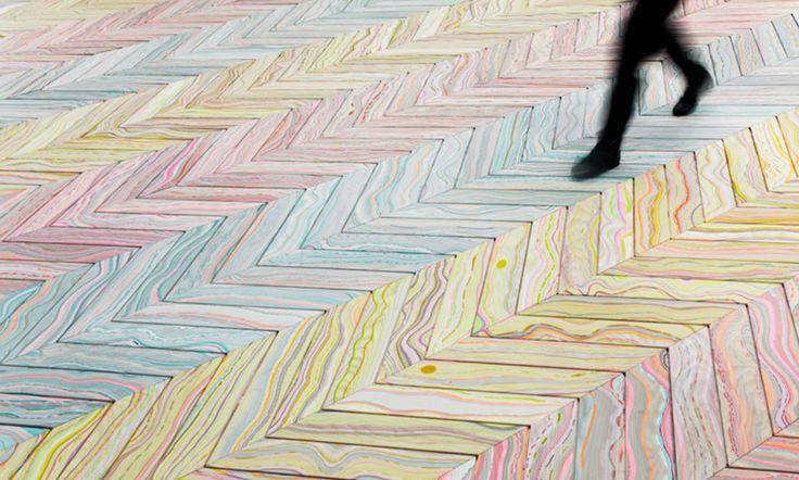 Датская студия Snedker во главе со своей основательницей Перниллой Шнидкер Хансен создает коллекции паркета Marbelous Wood с эффектом мраморной поверхности и слегка психоделическими узорами. В основе метода лежит старинная техника марморирования.