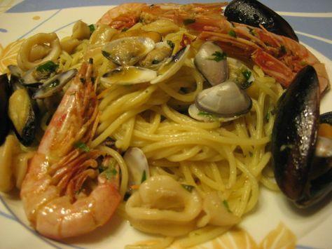 La ricetta degli spaghetti allo scoglio, in bianco, questa è la versione senza pomodoro. Ricetta gustosa al profumo di mare, facile da preparare con questa ricetta passo passo. Provatela e fatemi sapere cosa ne pensate. Ingredienti spaghetti allo scoglio per 3 persone - 300 gr. di spaghetti (o linguine) - pesce misto (totani, calamari, gamberetti, cozze, vongole, telline) - aglio - olio - peperoncino - prezzemolo - vino bianco Preparazione spaghetti allo scoglio Preparare il battuto di…