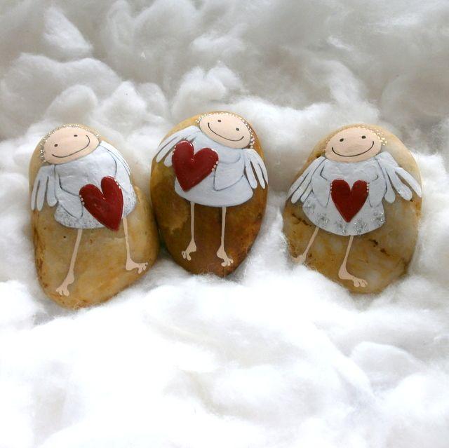 Nohatí srdconoši Kamínky jsou malované akryl.barvami,srdíčka jsou zvýrazněna 3D lakem.Vše je přelakované. Velikost 6.5 - 7.5 cm Uvedená cena je za jeden kus.