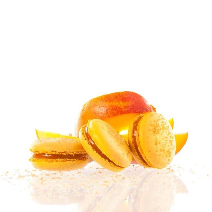 Mangová makronka. Nejznámější francouzská pochoutka křupavá na povrchu a jemná uvnitř s náplní z mangového a passion fruit pyré, která se rozplývá na jazyku. Povrch makronky je dozdoben krystalky třtinového cukru.